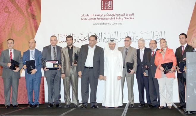 صورة جماعية للمتوجين بالجائزة